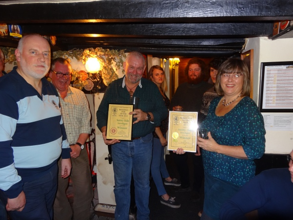 Chris Stringer (Surrey & Sussex Regional Director) presented Nick and Tracy Rogers, owners of the Surrey Oaks, with the Regional Pub of the Year 2015 certificate.